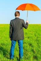 photo conceptuelle mâle dans la nature avec un parapluie