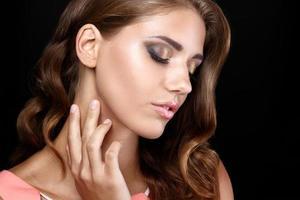 belle femme robe romantique cheveux lisses cheveux ondulés maquillage yeux smoky photo