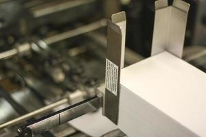 enveloppes empilées dans le chargeur photo