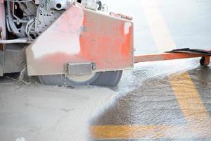 couper l'asphalte
