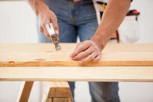 clouer des planches de bois photo