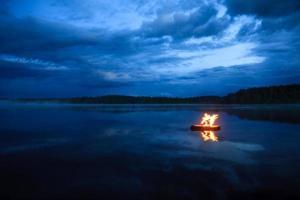 feu de camp sur le lac photo