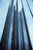 immeuble de bureaux de grande hauteur avec une teinte bleue photo