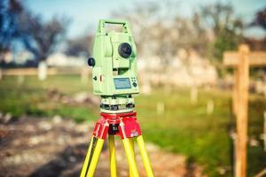 équipement d'ingénierie géomètre avec théodolite et station sur chantier photo