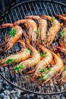 grosses crevettes au citron et persil sur le grill chaud