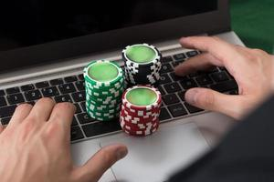 homme affaires, utilisation, ordinateur portable, empilé, poker, jetons photo