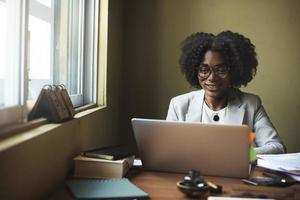 femme connexion ordinateur réseau sans fil concept photo