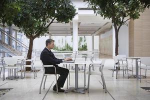 homme affaires, utilisation, ordinateur portable, bureau, café photo