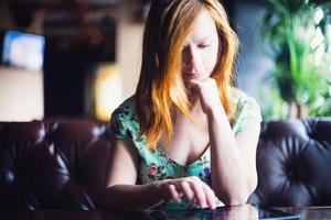 fille au café photo