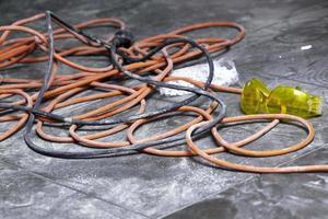 bobines de câble électrique gisant sur le lieu de travail au sol photo