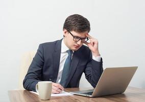hommes d'affaires travaillant avec un ordinateur portable photo