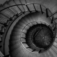 vue à l'envers d'un escalier en colimaçon photo