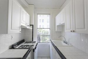nettoyer la cuisine vide dans un appartement. photo