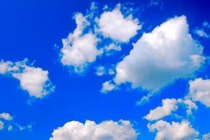 nuages blancs ciel bleu photo