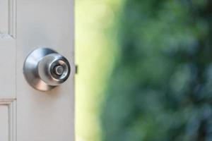 ouvre la porte du jardin photo