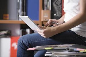 femme, utilisation, ordinateur portable, quoique, séance, bureau, bureau photo