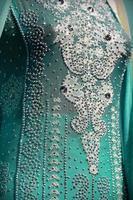 Robe colorée indienne avec des cristaux de perles au marché du festival de la culture