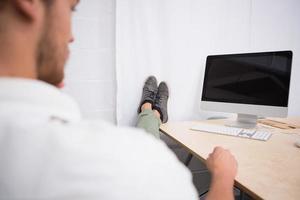 homme affaires, jambes croisées, cheville, bureau, bureau photo
