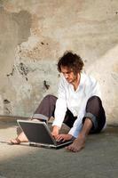 garçon, écrire, ordinateur portable photo