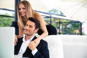 couple, regarder, ordinateur portable, restaurant photo