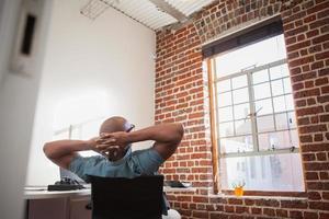 homme d'affaires décontracté se penchant en arrière sur une chaise photo