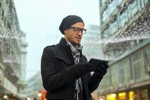 homme tenant ordinateur tablette à l'extérieur photo