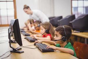 étudiants utilisant des ordinateurs en classe photo