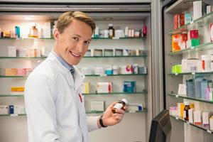 beau pharmacien à l'aide de l'ordinateur photo