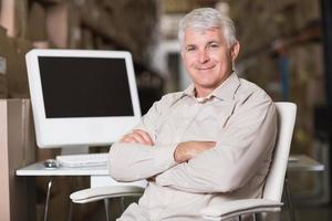 gérant d'entrepôt souriant avec ordinateur photo