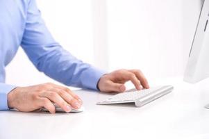 homme d'affaires travaillant avec ordinateur de bureau. photo