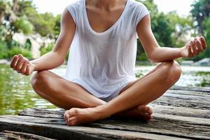 geste de la main de yoga avec les jambes croisées photo