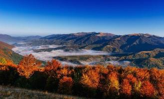 brouillard dans les montagnes d'automne photo