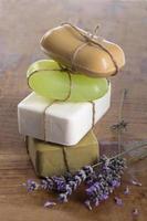 barres de savon à la main avec des fleurs de lavande photo