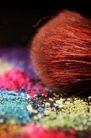 fard à paupières et pinceau multicolores écrasés