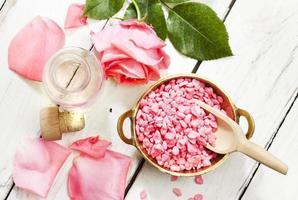produits d'aromathérapie rose, vue de dessus photo