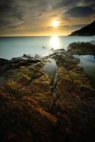 beau paysage marin de vague et de roche
