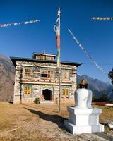monastère bouddhiste ou gompa dans le village de kharikhola avec flafs de prière