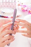 salon de gel pour les ongles. en utilisant un tampon pour ongles. photo