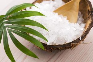 sel de mer avec feuille de palmier photo