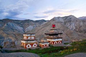 ancien bon stupa à dolpo, népal photo
