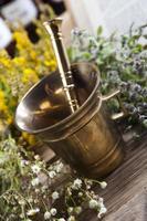 herbes médicinales naturelles assorties et mortier photo