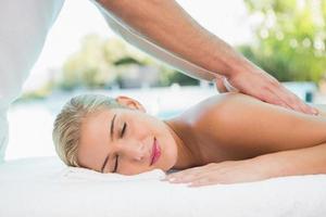 femme, réception, massage dos, à, centre spa photo