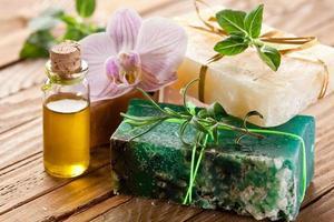 morceaux de savon naturel avec de l'huile et des herbes. photo