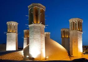 Shesh Badgiri réservoir de Yazd avec six éoliennes photo