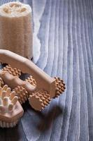 planche de bois vintage avec brosse de massage relaxante et luffa il photo