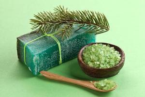 savon de pin au sel de mer. photo