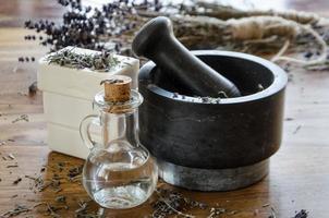 broyage et broyage de lavande séchée avec un mortier photo