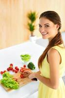 femme en bonne santé prépare un dîner végétarien. nourriture, style de vie. régime photo