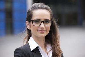 femme d'affaires caucasien debout à l'extérieur. photo