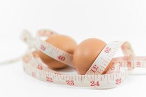 envelopper les œufs avec du ruban à mesurer photo